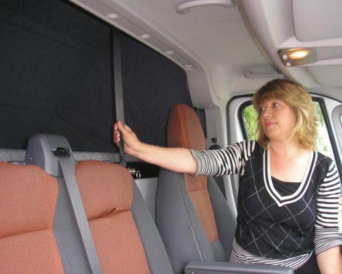 Biwak Faltbett. Innovatives Klappbett zur Montage hinter der Front- Sitzreihe.